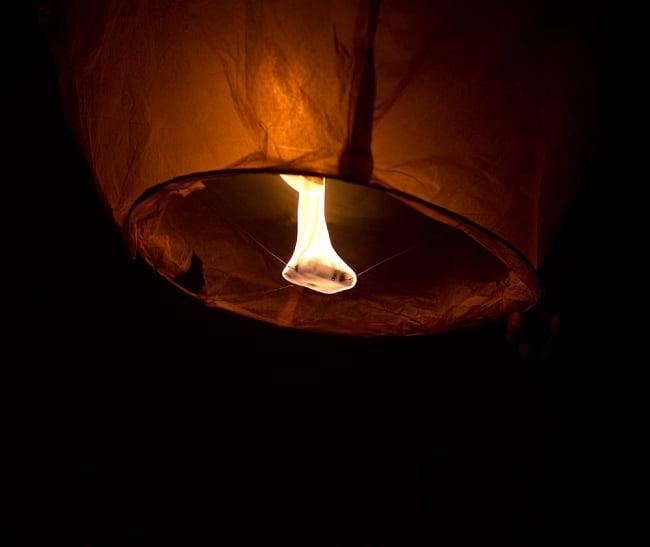 大空に舞い上がるスカイランタン ミックスカラー【アジアの文化紹介用・無保証・100個セット】 12 - 燃料がランタンの下で燃えます