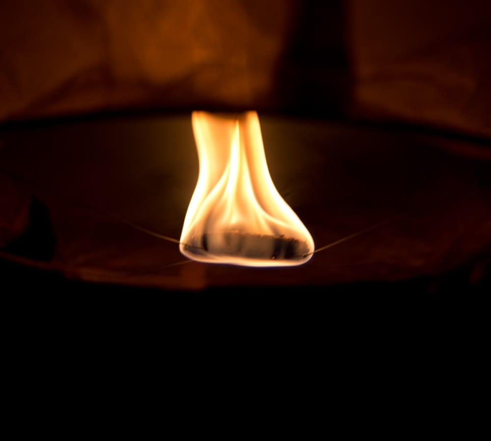 大空に舞い上がるスカイランタン ミックスカラー【アジアの文化紹介用・無保証・100個セット】 13 - 燃料がランタンの下で燃えます