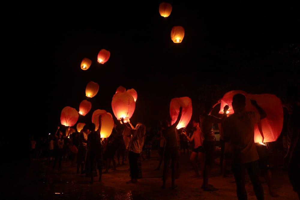 大空に舞い上がるスカイランタン ミックスカラー【アジアの文化紹介用・無保証・100個セット】 15 - 海外でスカイランタンを楽しんでいる所です