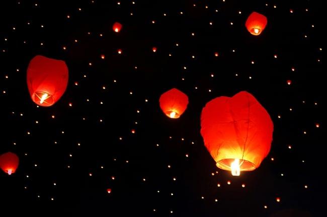 大空に舞い上がるスカイランタン ホワイト系【アジアの文化紹介用・無保証・100個セット】 2 - いっぱい飛ぶと綺麗ですね