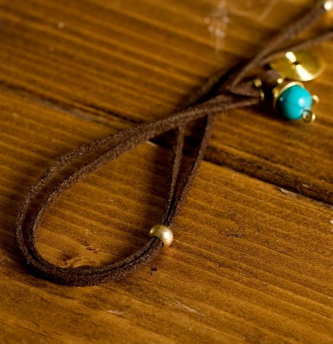 ストリングス・チャンドラネックレス- (アソート) 3 - 紐はこのようにスエードで、丸いビーズのような部分で円周部分のサイズ調整を行います