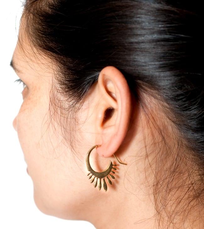 インドのトラディショナル・ピアス 5 - モデルさんが同ジャンル品を付けてみたところです。落ち着いた雰囲気にかわいい模様で使いやすいピアスです。