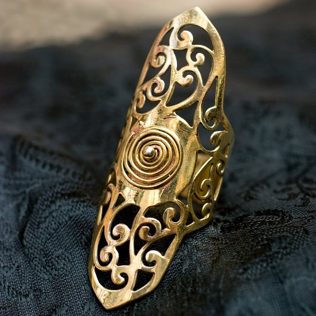 ペイズリー模樣のぐるぐるゴールドロングリング -長さ約5.5cmの写真