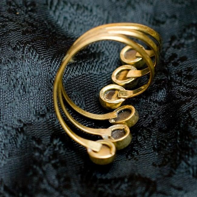 【安心のフリーサイズ】インドのゴールド3連天然石リング 4 - 背面(指輪のてのひら面)はこのような感じです