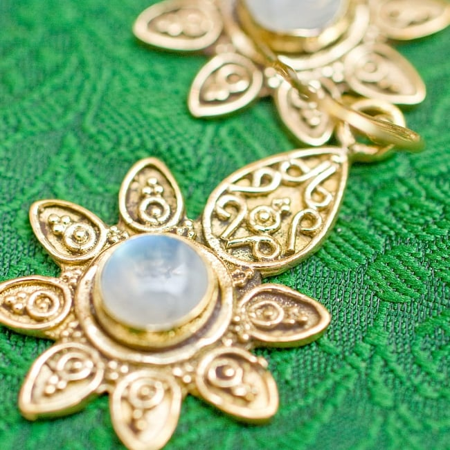 インドの花びらゴールデンピアス(パワーストーン付)の写真2 - 細かく丁寧に作り込まれています
