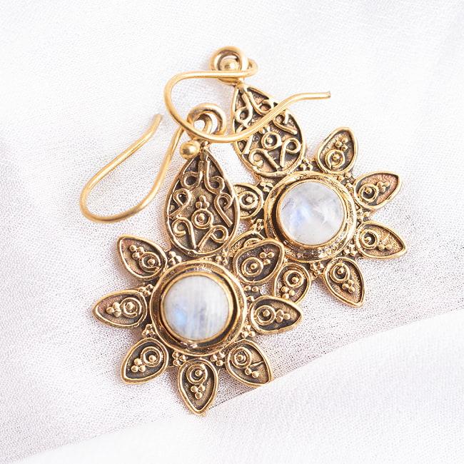 インドの花びらゴールデンピアス(パワーストーン付)の写真5 - ムーンストーン