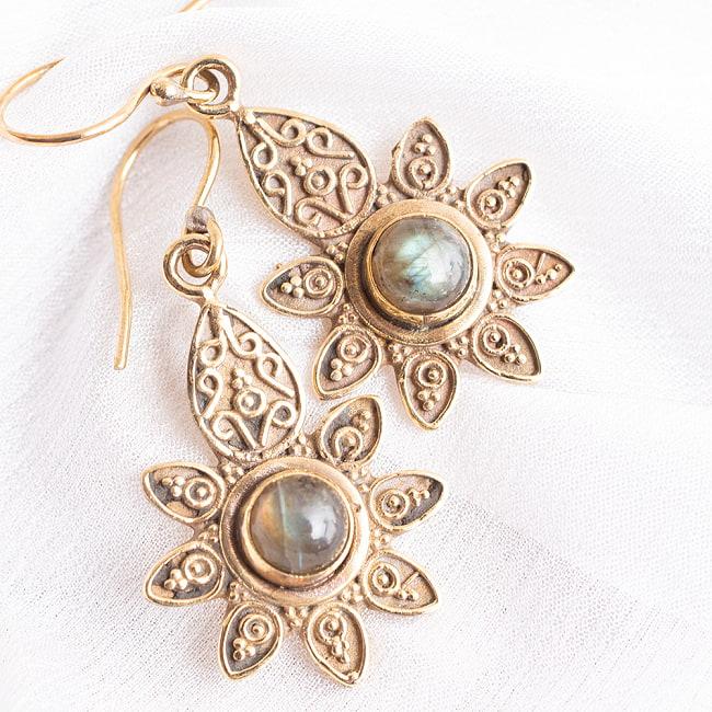 インドの花びらゴールデンピアス(パワーストーン付)の写真7 - ラブラドライト