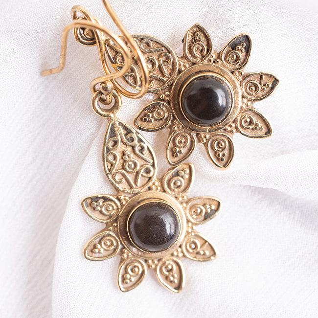 インドの花びらゴールデンピアス(パワーストーン付)の写真8 - ブラックオニキス