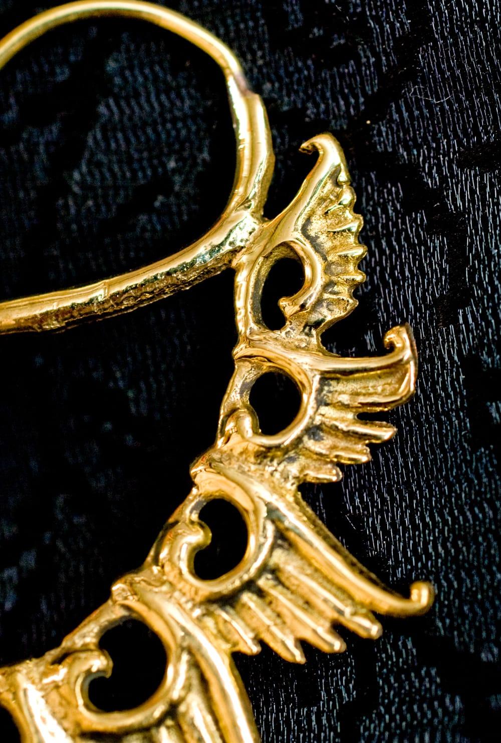 くじゃく羽根の艶めきゴールドピアス 3 - 別のアングルからモチーフを拡大してみました