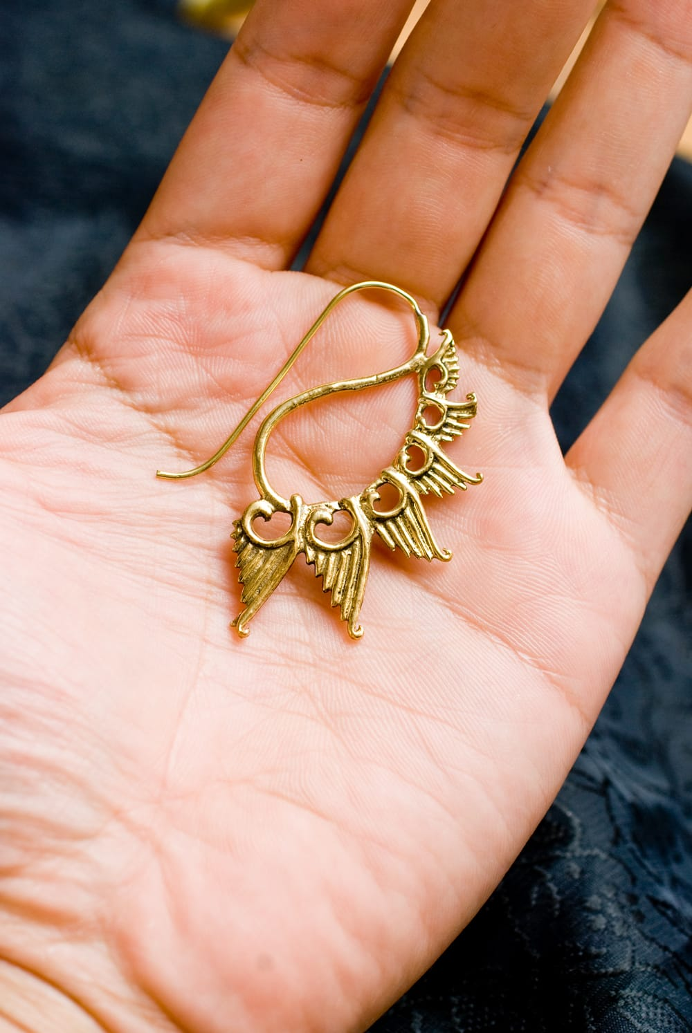 くじゃく羽根の艶めきゴールドピアス 5 - 手に乗せるとこのようなサイズです