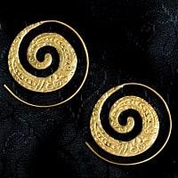 インド伝統模樣のぐるぐるゴールドピアス