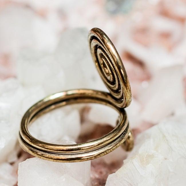 インドのうずまきリング 4 - 背面(指輪のてのひら面)はこのような感じです