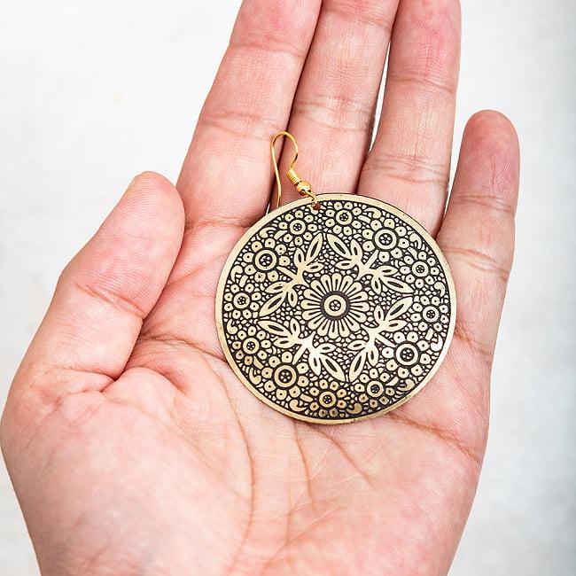 ゴールド メタル プレートのピアス Lサイズ 5 - これくらいのサイズ感です。