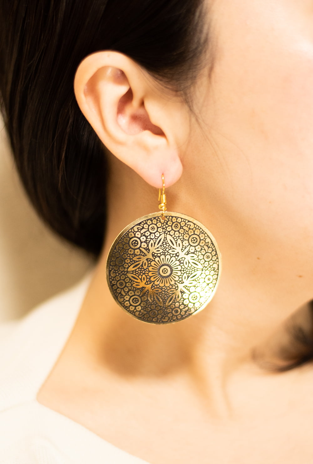ゴールド メタル プレートのピアス Lサイズ 6 - 着用例です。
