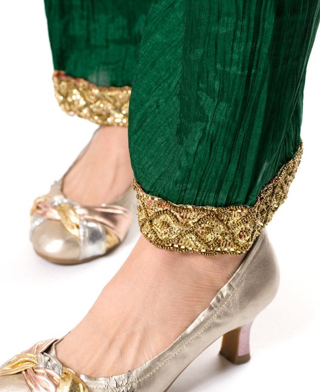 パンジャビ・ドレス3点セット - えんじの写真6 - 足元はゆったりで履きやすいです。