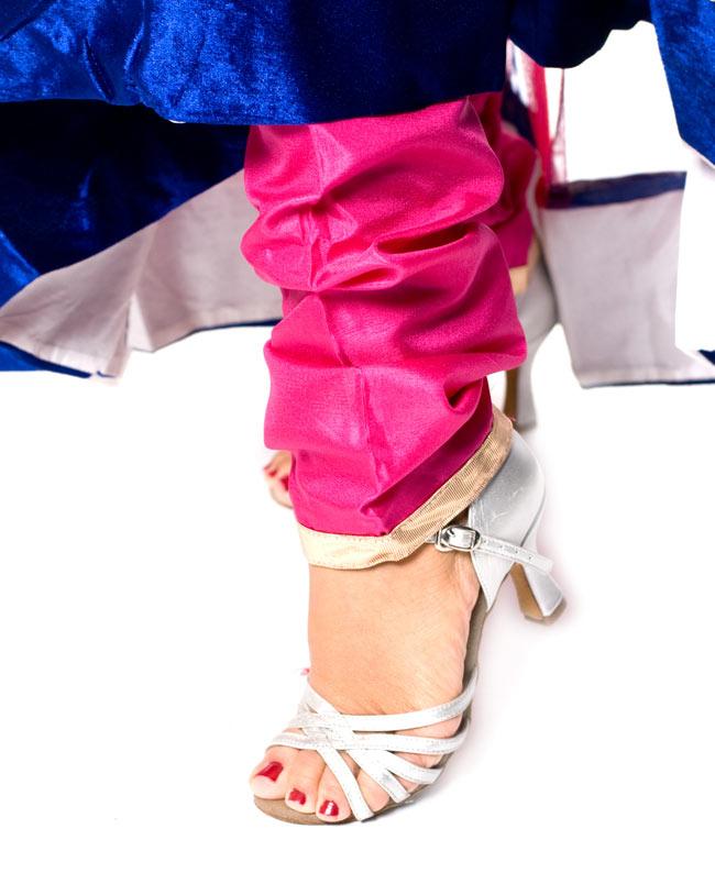 パンジャビ・ドレス3点セット - ネイビー×ピンク 6 - 足元はスッキリと細身のデザインです。