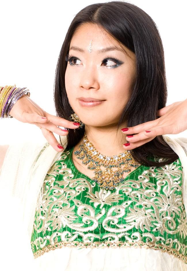 [インド品質]パンジャビ・ドレス3点セット - グリーン 4 - 胸元をアップにしてみました。ゴージャスで素敵です。