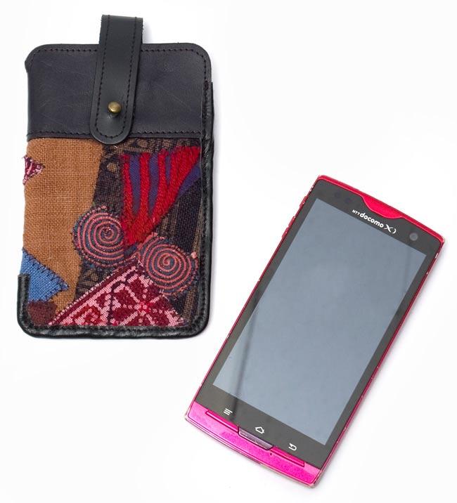 [高品質・一点物]モン族 - 牛革のスマホケース 5 - サンプル携帯との比較です。携帯のサイズは、縦:13cm 横6.5cmとなっております。なお、こちらは同ジャンルの別の商品となっております。