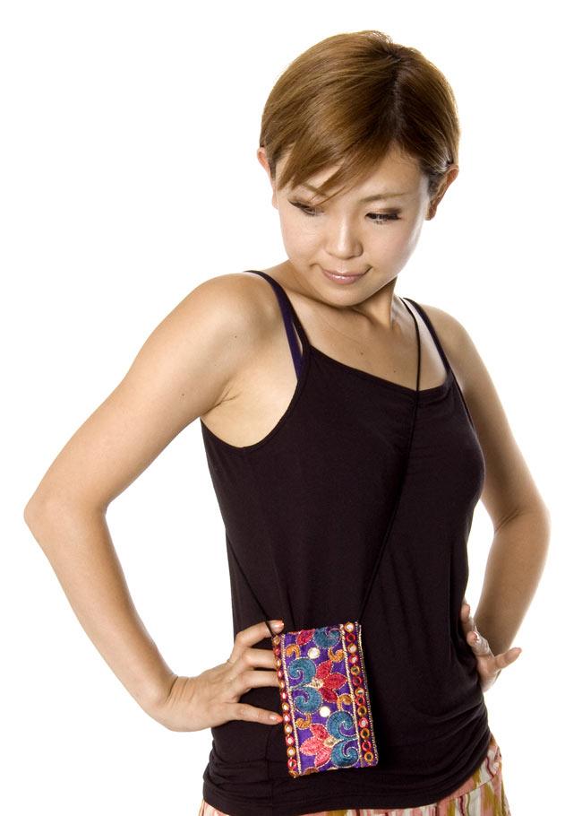 チロリアンスマホケース - ソフト(ボーダー系アソート)【縦幅約13cm×約8cm】 10 - モデルさんの使用例です。肩掛け用の紐もついているので、使い勝手が良いですよ。
