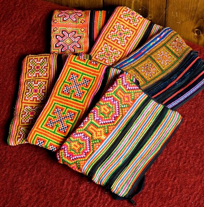 モン族刺繍の三連ジッパーサブバッグ -たて約15cm x 約よこ25cm 【アソート】の写真2 - このような柄の中からお一つランダムでお送りいたします。その分お安くなっております。