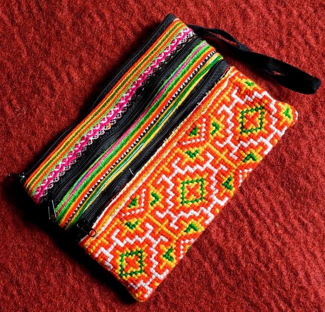 モン族刺繍の三連ジッパーサブバッグ -たて約15cm x 約よこ25cm 【アソート】の写真3 - 鮮やかな刺繍で彩られています(同サイズの写真です)(同サイズの写真です)