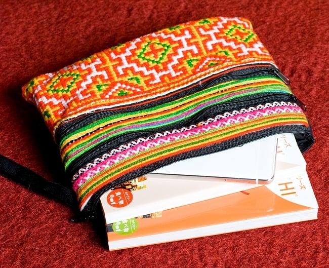 モン族刺繍の三連ジッパーサブバッグ -たて約15cm x 約よこ25cm 【アソート】の写真4 - 文庫本サイズの本2冊とスマホが入ります。(同サイズの写真です)