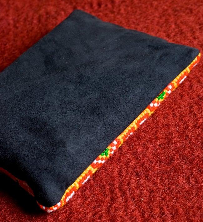 モン族刺繍の三連ジッパーサブバッグ -たて約15cm x 約よこ25cm 【アソート】の写真6 - 裏面の布はスエードのような起毛素材を用いています。表裏の裁縫も綺麗に行われています。
