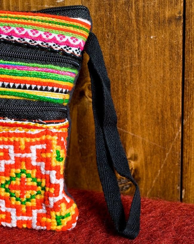 モン族刺繍の三連ジッパーサブバッグ -たて約15cm x 約よこ25cm 【アソート】の写真7 - 紐もついているので、手首に通して使うことで落とすこともありません。