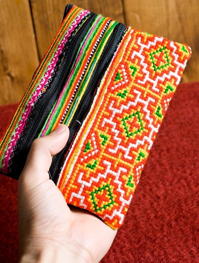 モン族刺繍の三連ジッパーサブバッグ -たて約15cm x 約よこ25cm 【アソート】の写真8 - 手とサイズを比較してみました。男性の手よりもずっと大きいです。(同サイズの写真です)