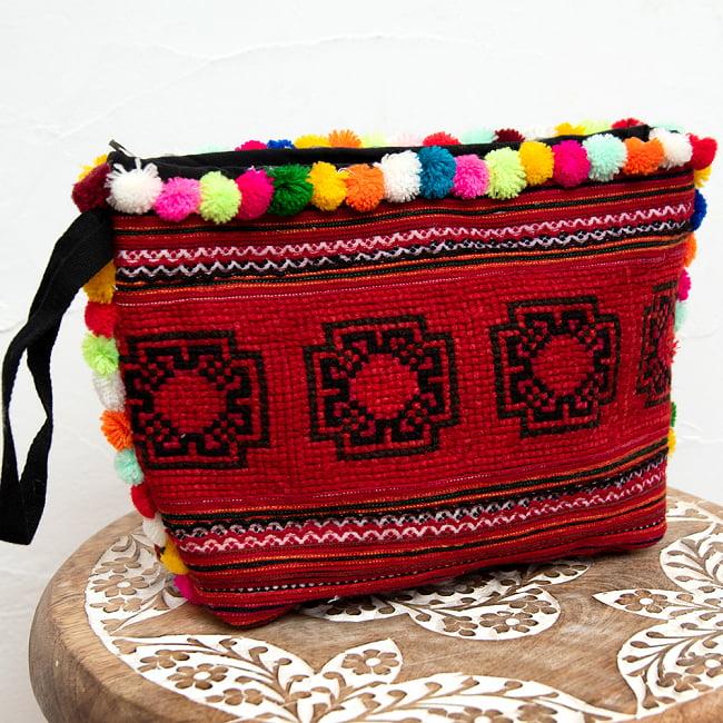ぽんぽん付きモン族の刺繍ポーチ 10 - 選択2:レッドの一例です。