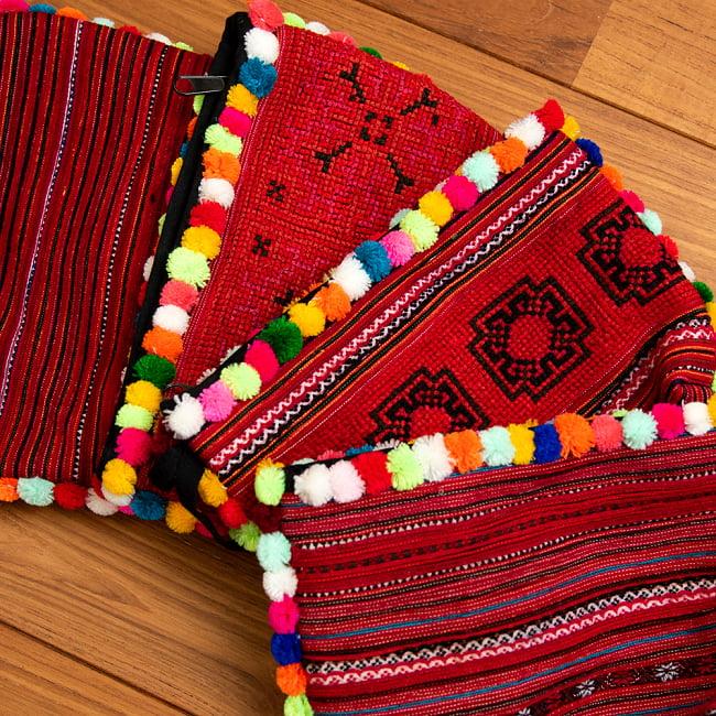 ぽんぽん付きモン族の刺繍ポーチ 15 - 選択2:レッドの一例です。