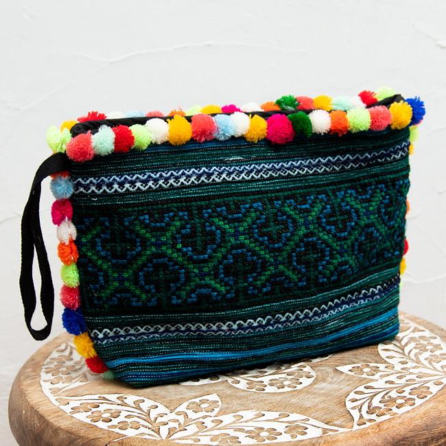 ぽんぽん付きモン族の刺繍ポーチ 2 - シックな刺繍にカラフルなボンボンが映えますね。