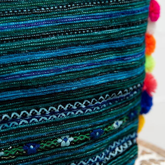 ぽんぽん付きモン族の刺繍ポーチ 4 - 美しい刺繍の部分の拡大です