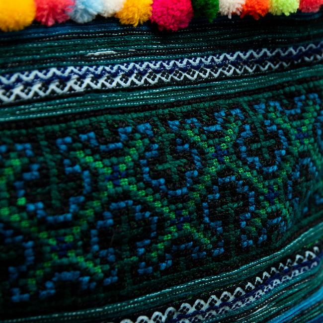 ぽんぽん付きモン族の刺繍ポーチ 5 - 美しい刺繍の部分の拡大です