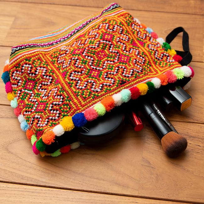 ぽんぽん付きモン族の刺繍ポーチ 8 - メイク道具を入れてみました。まだまだたくさん入ります。