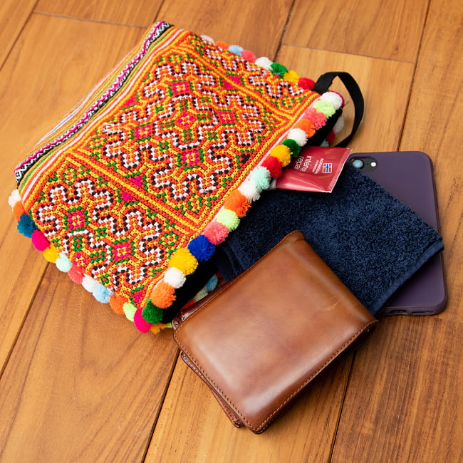 ぽんぽん付きモン族の刺繍ポーチ 9 - お財布、携帯、ハンドタオル、ハンドクリームも入りました。