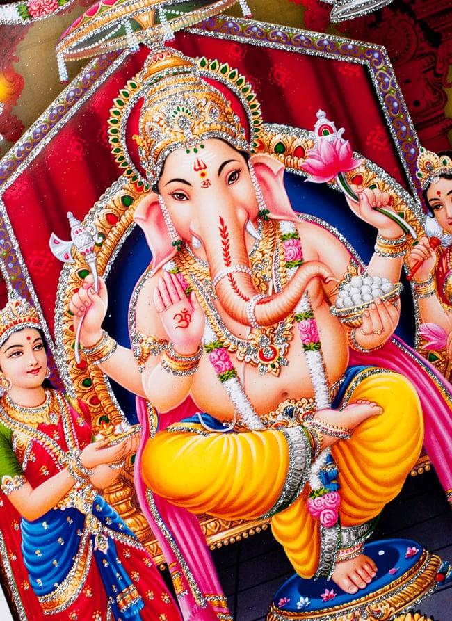 〔約40.5cm×約30.5cm〕輝くラメ入り・インドのヒンドゥー神様ポスター - ガネーシャ 学問と商売の神様 2 - 拡大写真です。こちらのポスターで特徴的なのが金色やシルバーのラメです。光の角度でラメが綺麗に輝きます。