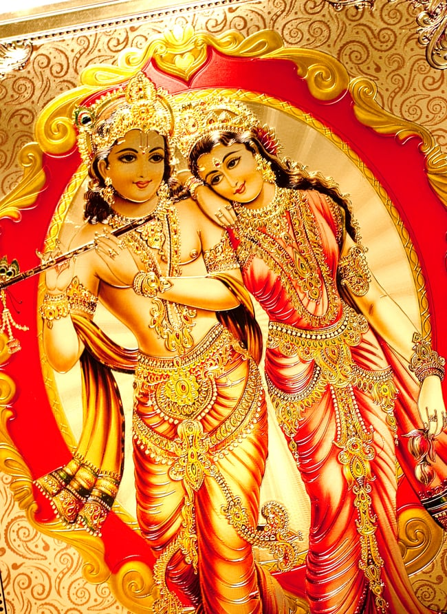 〔約40cm×約30cm〕インドのヒンドゥー神様ゴールドポスター - クリシュナとラーダ 2 - 拡大写真です。金色ベースなので通常のポスターとは一線を画する光沢感。見ていると引き込まれます。