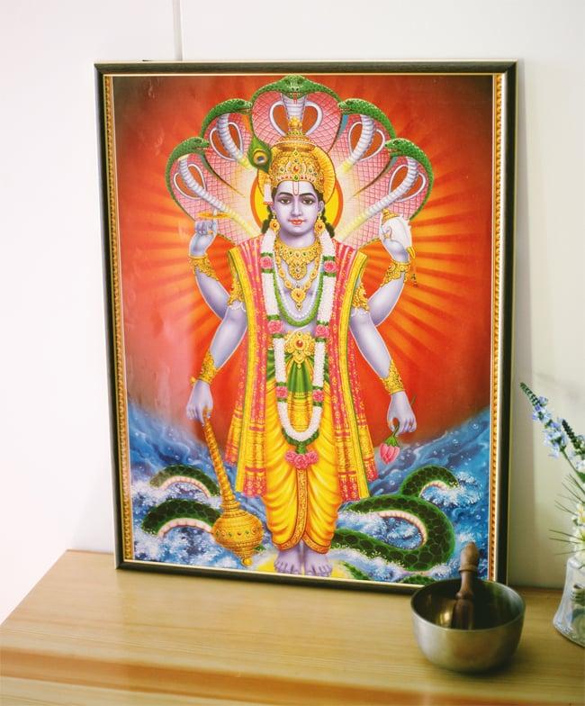 〔約70.5cm×約50cm〕大判インドのヒンドゥー神様ポスター - 聖牛とインドの神様 4 - お部屋やお店など店舗の装飾としておすすめです。額に入れて玄関に飾ってみた写真です。額に入れると高級感がでますが、そのまま貼っても素敵なポスターです!*額縁は当店では販売していないので、到着後サイズを測っていただき、お手数ですが額縁屋さんにご依頼ください。