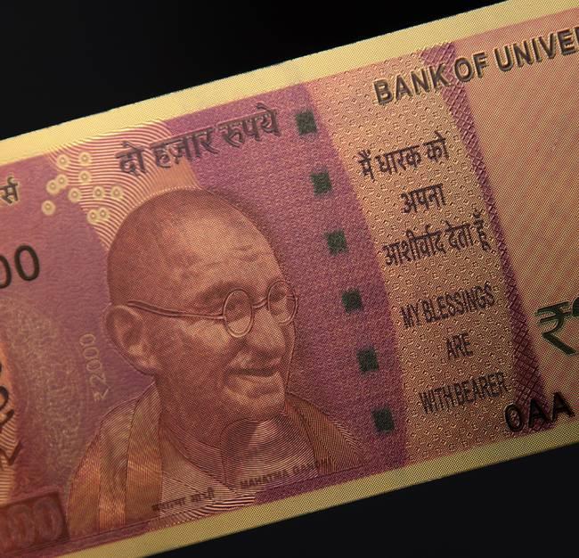 2000ルピー札モチーフのゴールドカード 6 - 表面には建国の父ガンジーが描かれています