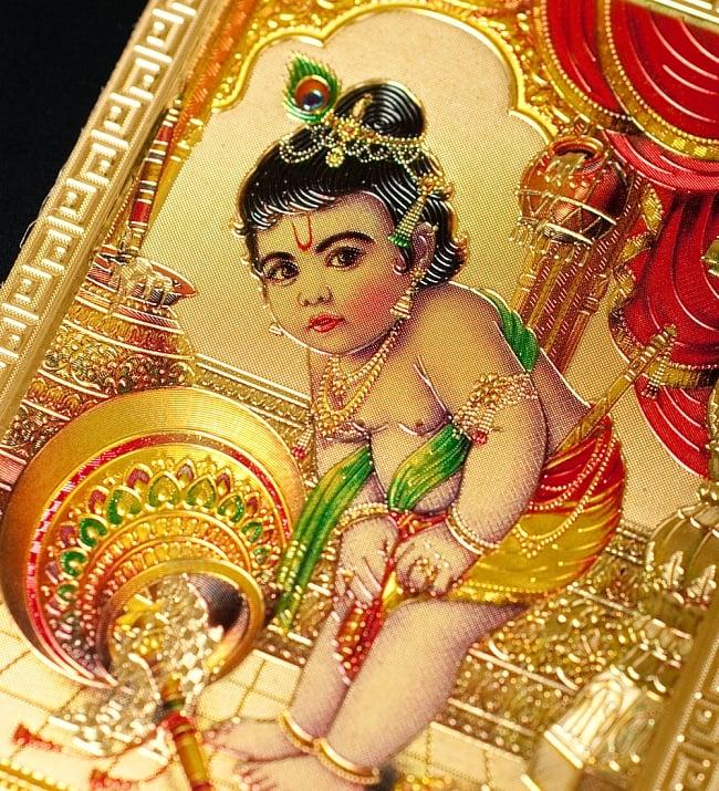 〔約6cm×約8.5cm〕インドのヒンドゥー神様ゴールドお守りカード ステッカー - ベイビークリシュナ 2 - 拡大写真です。金色ベースなので、景気の良い明るい雰囲気があります。
