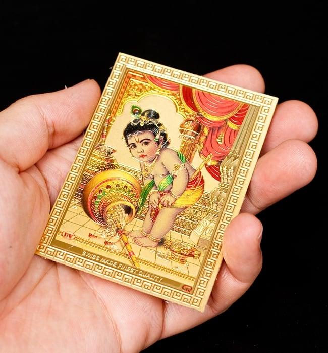 〔約6cm×約8.5cm〕インドのヒンドゥー神様ゴールドお守りカード ステッカー - ベイビークリシュナ 4 - 光を受けて明るく輝くカードです