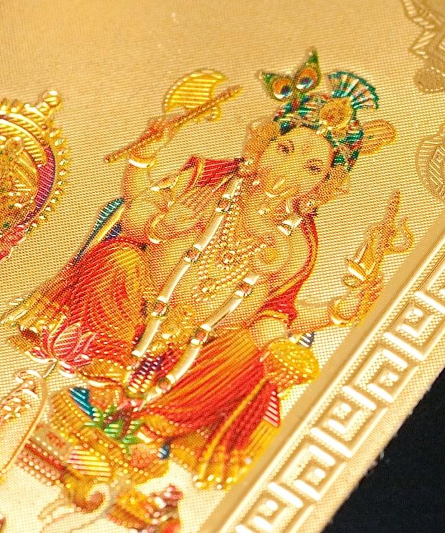 〔約6cm×約8.5cm〕インドのヒンドゥー神様ゴールドお守りカード ステッカー - ラクシュミー・サラスヴァティ・ガネーシャ 3 - 別の角度からの写真です