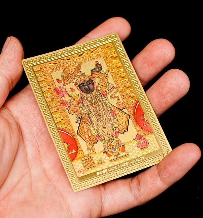 〔約6cm×約8.5cm〕インドのヒンドゥー神様ゴールドお守りカード ステッカー - バラジ 願いの神様 4 - 光を受けて明るく輝くカードです