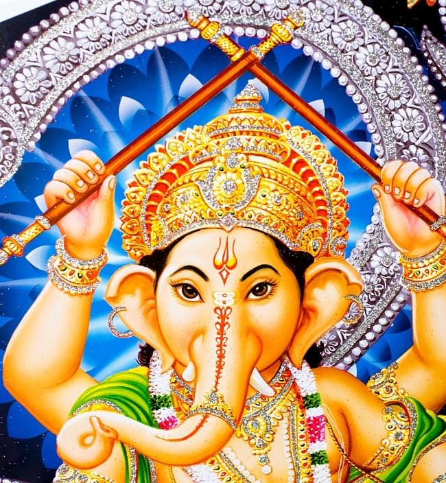 〔約40.5cm×約30.5cm〕輝くラメ入り・インドのヒンドゥー神様ポスター - ガネーシャ 学問と商売の神様 2 - 光の角度でラメが綺麗に輝きます。