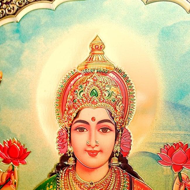 〔約40cm×約30cm〕インドのヒンドゥー神様ゴールドポスター - ラクシュミー 美と富の神様 2 - 拡大写真です。金色ベースなので通常のポスターとは一線を画する光沢感。見ていると引き込まれます。