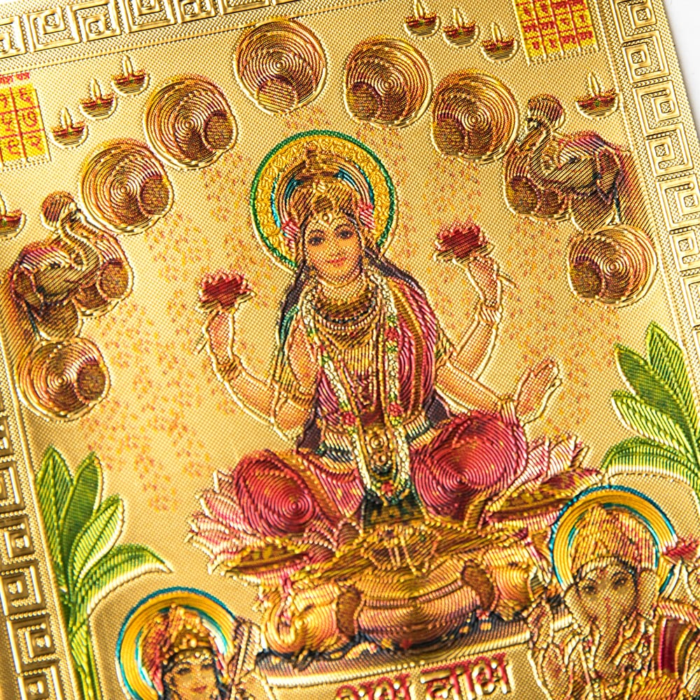 〔約6cm×約8.5cm〕インドのヒンドゥー神様ゴールドお守りカード ステッカー - ラクシュミ・サラスヴァティ・ガネーシャ 2 - 拡大写真です。金色ベースなので、景気の良い明るい雰囲気があります。