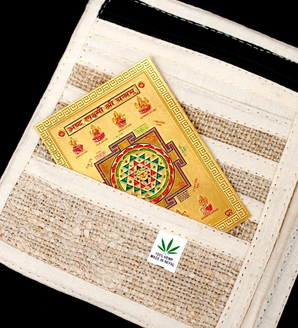 〔約6cm×約8.5cm〕インドのヒンドゥー神様ゴールドお守りカード ステッカー - ラクシュミ・サラスヴァティ・ガネーシャ 6 - このように財布にお守りとして入れておける便利なサイズです