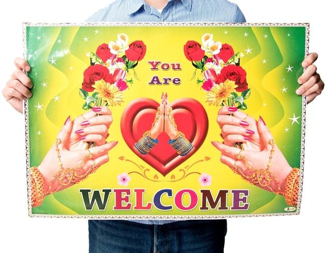 インドの大判ウェルカムポスター 【ガーベラとナマステ】 3 - サイズを知っていただくために手で持ってみました。 約70.5cm×約50.5cmのサイズです。