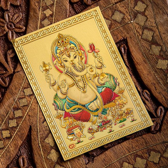 〔約6cm×約8.5cm〕インドのヒンドゥー神様ゴールドお守りカード ステッカー - ガネーシャ 2 - 拡大写真です。金色ベースなので、景気の良い明るい雰囲気があります。